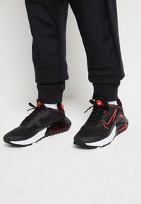 Nike Sportswear - AIR MAX 2090 UNISEX - Sneakers laag - black/chile red - 0