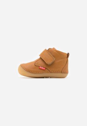 SABIO - Chaussures premiers pas - camel clair