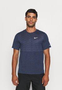 Nike Performance - RUN MILER  - T-shirt med print - thunder blue - 0