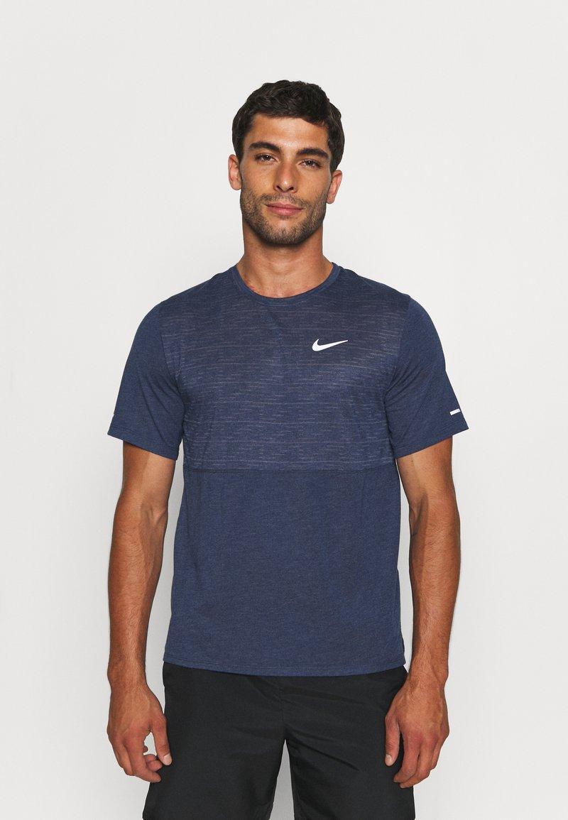 Nike Performance - RUN MILER  - T-shirt med print - thunder blue