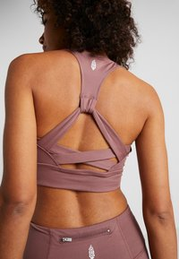 Free People - LIGHT SYNERGY CROP - Sport-bh met light support - chocolate - 5