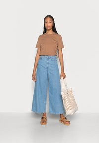 Marc O'Polo - TROUSER WIDE FIT CULOTTE LENGTH HIGH WAIST - Flared Jeans - light linen wash - 1