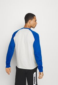 Champion - LEGACY CREWNECK LONG SLEEVE - Long sleeved top - off white/blue - 2