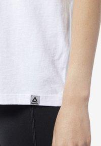 Reebok - GRAPHIC SERIES CAMO EASY TEE - Print T-shirt - white - 4