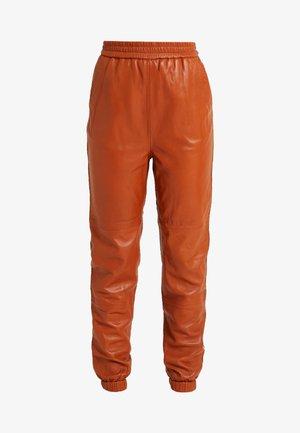 VANA PANTS - Teplákové kalhoty - umber