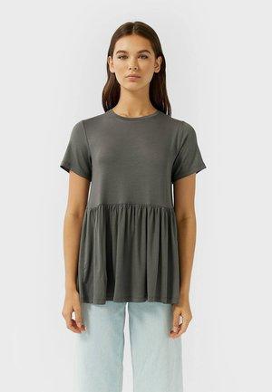 MIT KURZEN ÄRMELN UND VOLANT - T-shirt med print - dark grey