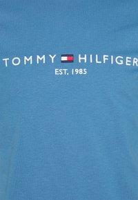 Tommy Hilfiger - LOGO TEE - Printtipaita - dusty indigo - 2