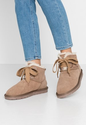 LUNA BIG EYELET - Lace-up ankle boots - toffee