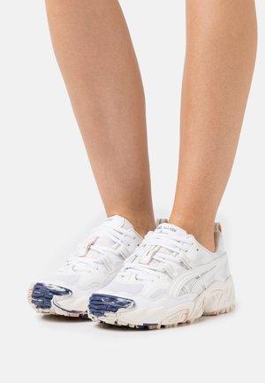 GEL-NANDI - Sneakers basse - white/cream