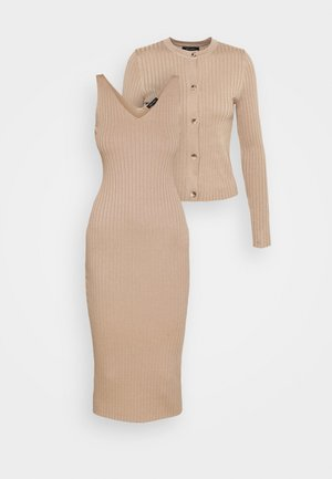 DRESS AND CARDI SET - Jumper dress - camel