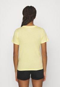 Hollister Co. - TECH CORE - Triko spotiskem - light soft yellow - 2