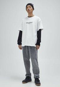 PULL&BEAR - T-shirt z nadrukiem - white - 1