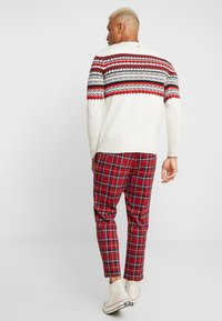 Only & Sons - ONSLINUS CROPPED CHECK PANT - Kangashousut - pompeian red - 2