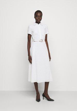 DAISY EYELET DRESS BELT - Vestido camisero - white