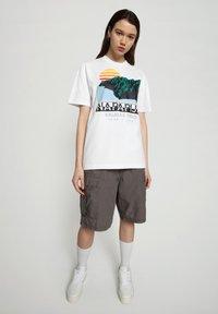 Napapijri - S-ALHOA - T-shirt med print - white graph o - 0