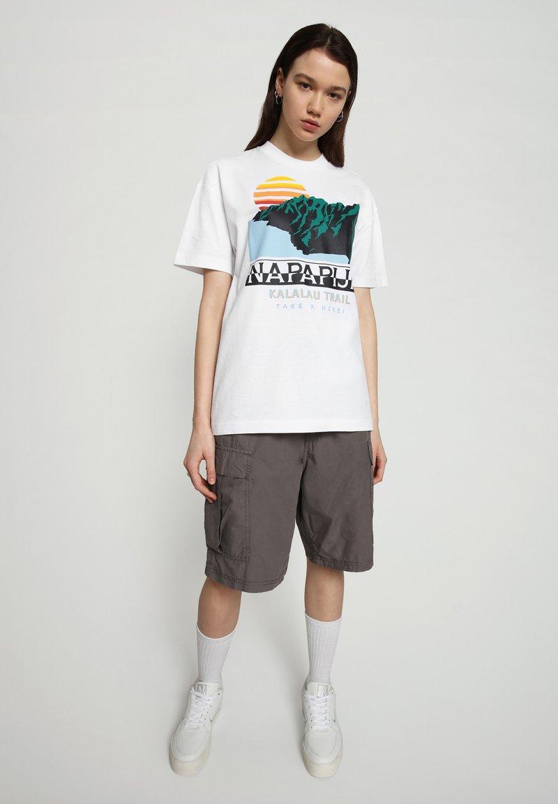 Napapijri - S-ALHOA - T-shirt med print - white graph o