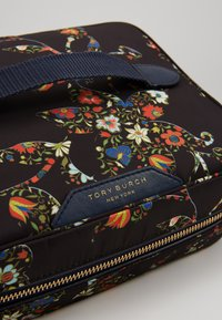 Tory Burch - PERRY NYLON PRINTED COSMETIC SET - Kosmetiktasche - sacred floral - 2
