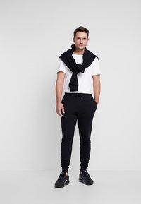 Lyle & Scott - Pantalones deportivos - jet black - 1