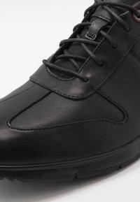 Clarks - TYNAMO TIE - Sneakers basse - black - 5