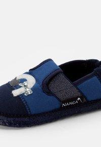Nanga - MIEZE - Slippers - marine - 5