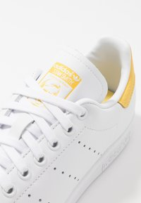 adidas Originals - STAN SMITH - Matalavartiset tennarit - footwear white/core yellow - 2