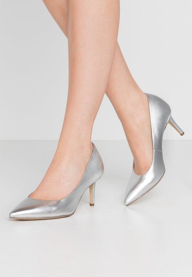 COURT SHOE - Tacones - silver
