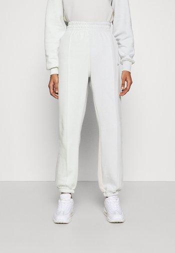 PANT - Pantaloni sportivi - spruce aura/light bone