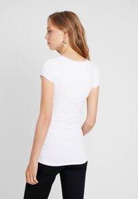 Queen Mum - TEE - T-shirt - bas - white - 2