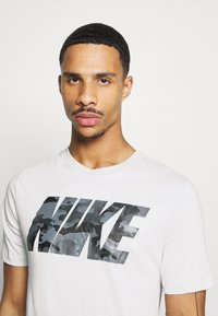 Nike Performance - DRY TEE BLOCK - Camiseta estampada - grey fog - 4