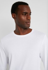 TOM TAILOR - BASIC LONGSLEEVE - Langærmede T-shirts - white - 4
