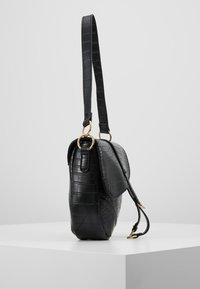 Missguided - CROC CHAIN DETAIL SADDLE BAG - Handbag - black - 3