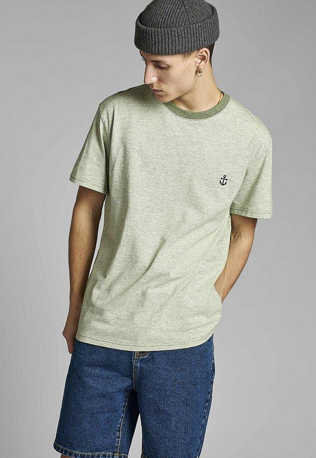 AKKIKKI - T-shirt con stampa - vineyard green