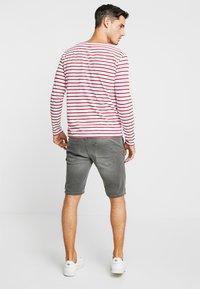 TOM TAILOR DENIM - Szorty jeansowe - clean bleached grey denim - 2