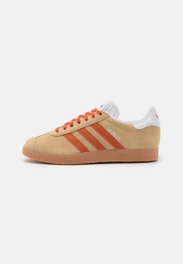 GAZELLE UNISEX - Sneakersy niskie - hazy beige/fox orange