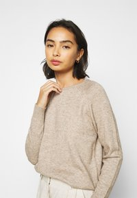 ONLY Petite - ONLLESLY KINGS - Jumper - beige/white melange - 3