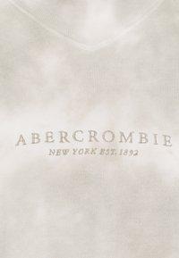 Abercrombie & Fitch - SEASONAL LOGO MOCK NECK CREW PATTERN - Sweatshirt - grey marble - 6