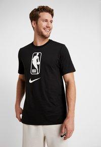 Nike Performance - NBA DRY TEE - T-shirt z nadrukiem - black/white - 0