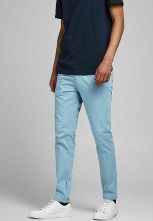 Pantalones chinos - faded denim