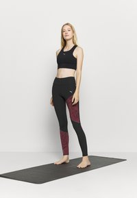 Puma - RUN GRAPHIC - Leggings - black/burgundy - 1