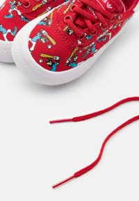 adidas Originals - DISNEY GOOFY 3MC VULCANIZED SHOES UNISEX - Trainers - scarlet/footwear white - 5