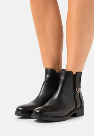 HARDWARE FLAT BOOT - Bottines - black