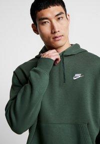 Nike Sportswear - CLUB HOODIE - Felpa con cappuccio - galactic jade/white - 3