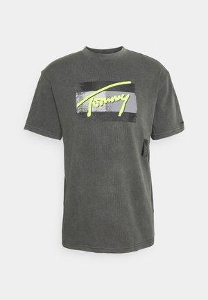 FADED FLAG SCRIPT TEE UNISEX - Camiseta estampada - black