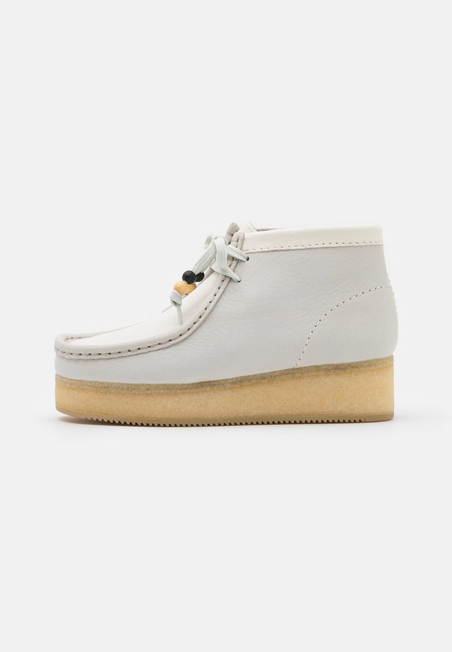 WALLABEE  - Schnürstiefelette - white