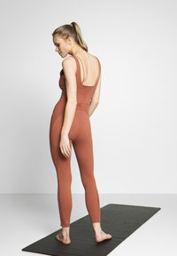 Nike Performance - W NK YOGA LUXE JUMPSUIT - Turnanzug - red bark/terra blush - 2