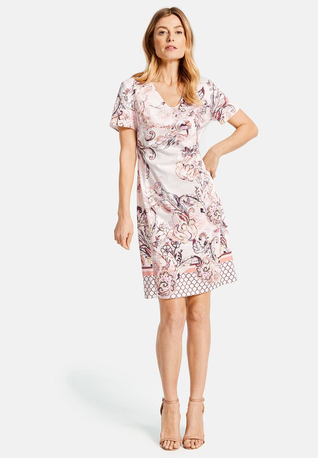 KLEID GEWEBE KLEID MIT ALLOVERDESSIN - Day dress - pink/tobacco/flamingo print