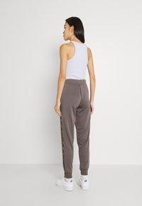 Nike Sportswear - TAPE PANT - Joggebukse - cave stone - 2