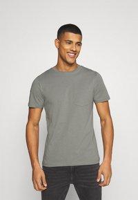 Jack & Jones - JJEPOCKET  - T-shirt - bas - sedona sage - 0