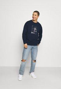 adidas Originals - GRAPHIC CREW - Sweatshirt - collegiate navy - 1