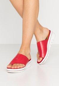 Marco Tozzi - Pantofle na podpatku - chili - 0
